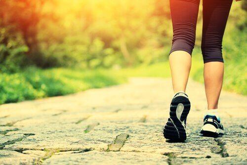 kvinne som løper, et eksempel på en av måtene å være lykkelige på