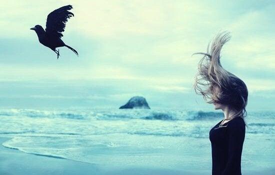 jente ser på kråke (symbol for følelsesmessige taere) fly bort
