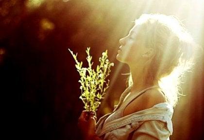 Gir med indre fred, mottar et bad av lys