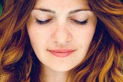 Jente meditere for å finne indre ro