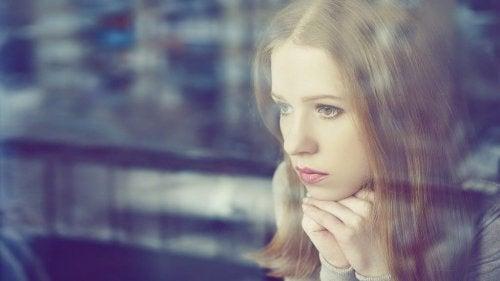 jente tenker på å forbedre selvfølelsen etter et brudd
