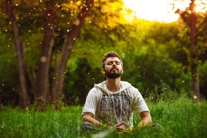 En mann som mediterer om morgenen.