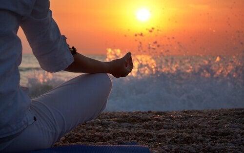 Meditasjon foran en solnedgang for å prioritere