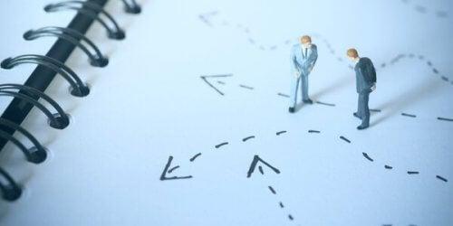 To figurer ser på gulvet og bestemmer hvor de skal gå.
