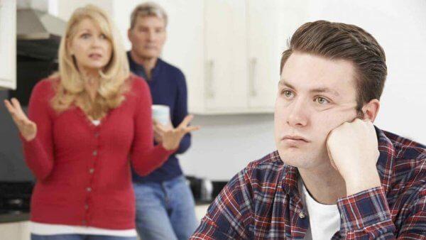 Frustrerte foreldre viser sin oppgitthet ovenfor sin økonomisk avhengige sønn