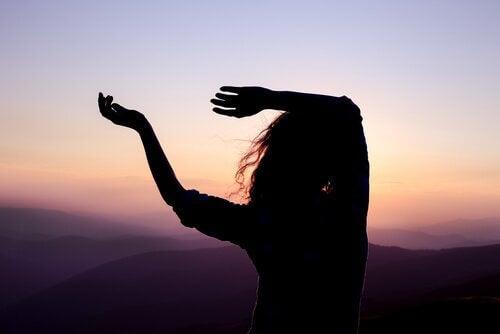 Kvinne danser på fjellet