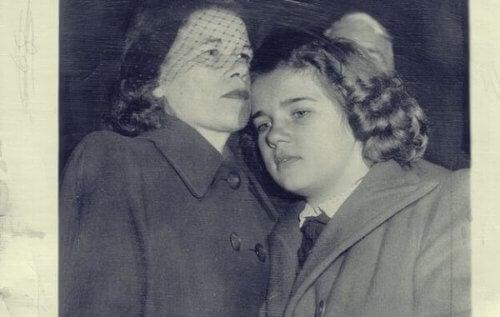 Sally med sin mor.