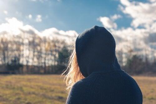 Teenage girl med antisosial personlighetsforstyrrelse iført en hette.