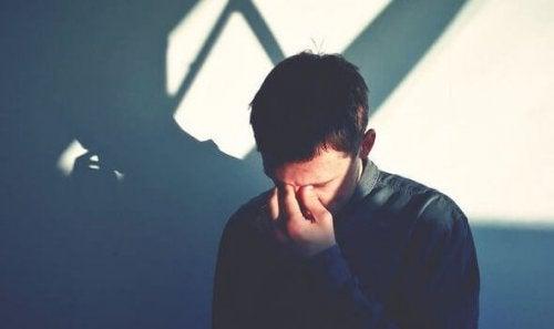 En fyr som bruker depresjonens språk på sosiale medier