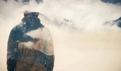 En engstelig fyr på et fjell