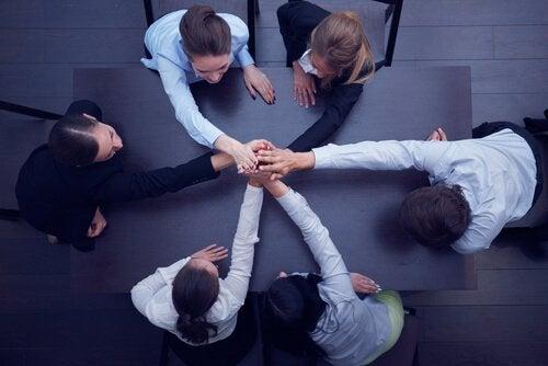 Hvordan kan man holde en gruppe forent?