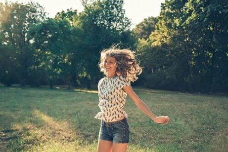 En glad jente på landet