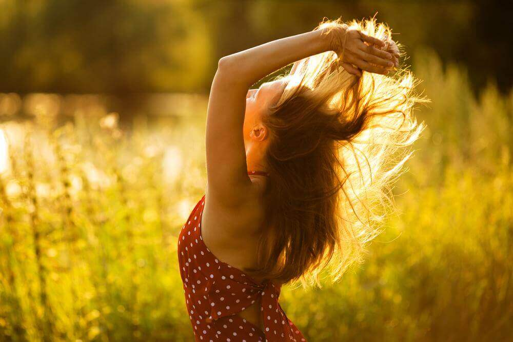 Glad kvinne i frisk luft.
