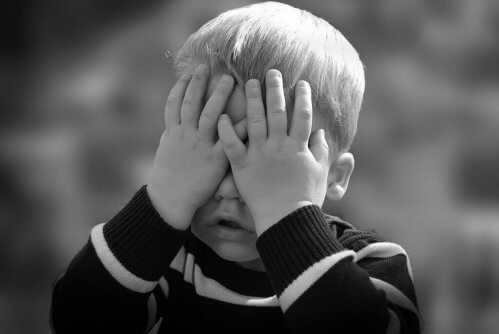 Gutt gråter på grunn av kroniske smerter
