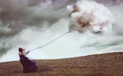Jente drar sky.