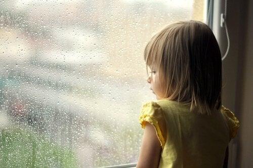 Barn ser ut av vinduet