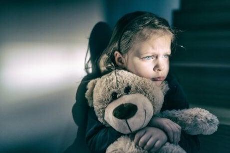 En jente som holder en bamse