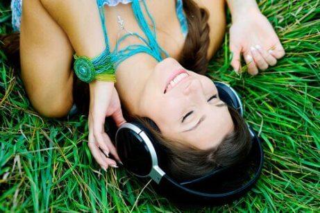 En kvinne som lytter til musikk