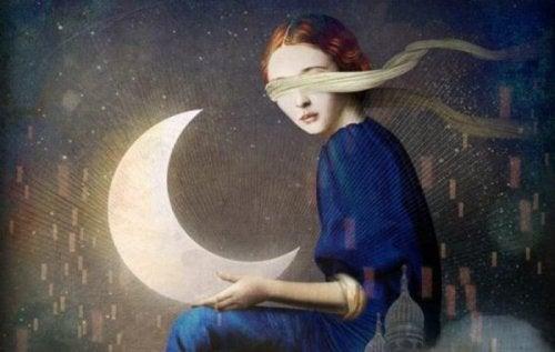 En kvinne som holder månen