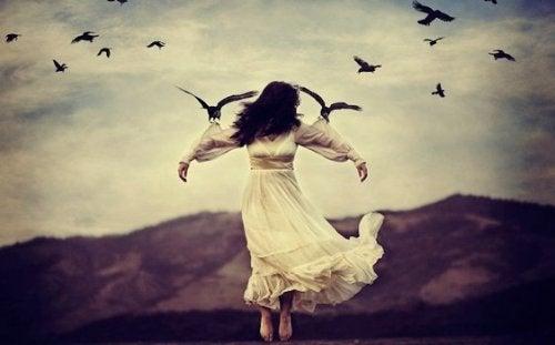 En kvinne blir holdt opp av fugler
