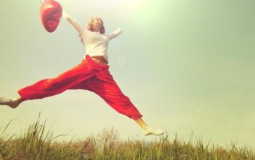 Kvinne hopper med en ballong