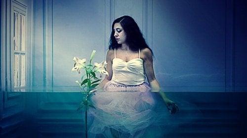 En kvinne i vannet unngår lidelse
