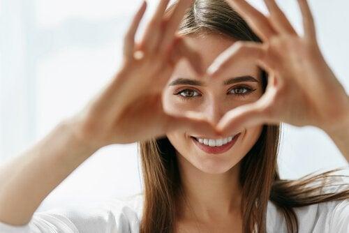 Kvinne lager hjerte med hendene