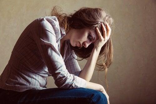 Kvinne som føler seg ute av kontroll fordi hun ikke lever ifølge Eckhart Tolle.