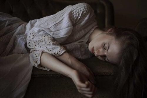 En kvinne med ekhoistisk personlighetsforstyrrelse som ligger på en sofa