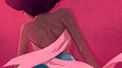 En kvinne med et rosa brystkreftbånd som en skjorte.