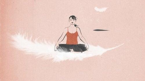 En kvinne tenker på mindfulness