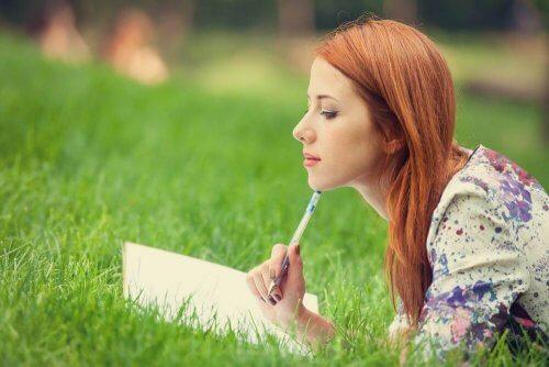 Kvinne skriver for å forhindre vandrende tanker