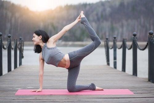 Kvinne gjør yoga.