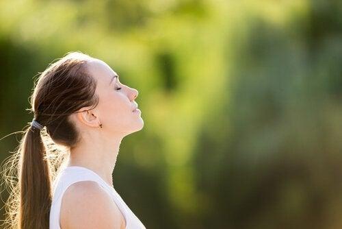 Kvinne utøver pusteøvelser