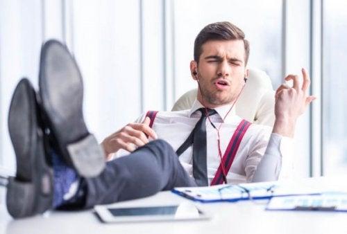 En narsissist på jobb som hører på musikk