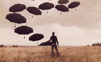 mann med paraplyer og med depresjon