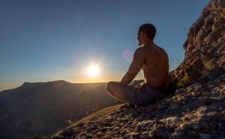 Mann praktiserer enkle meditasjonsøvelser