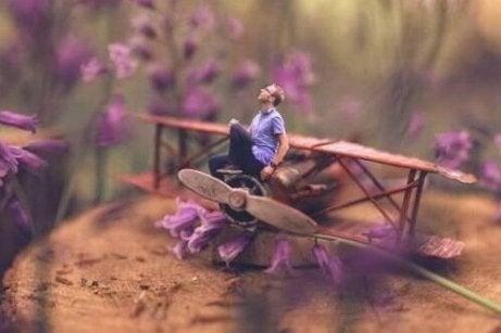 En fyr sitter på et leketøyfly