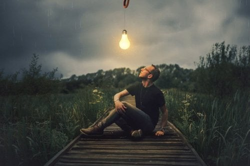 En fyr ser på en lyspære om natten