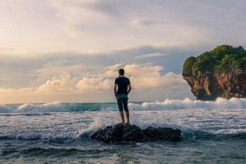 For å forenkle livet står mannen på stein
