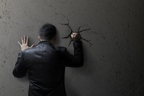 Selvdestruktiv mann som treffer veggen