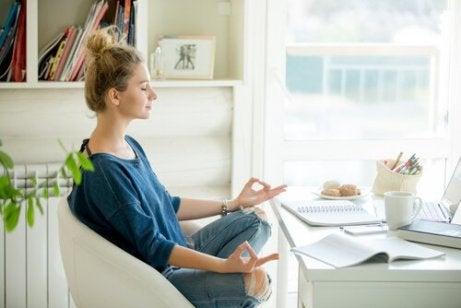 Kvinne praktiserer enkle meditasjonsøvelser med lukkede øyne
