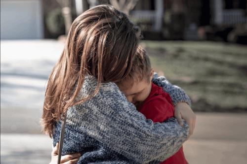 Mor omfavner barn