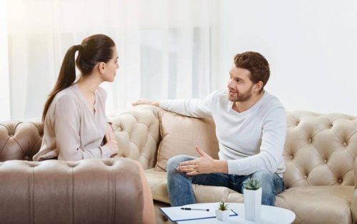 Et par som har en samtale