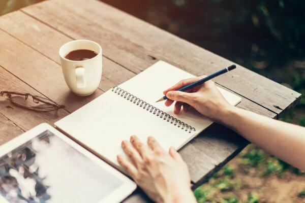 Studerer med kaffe utendørs