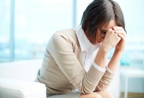 En stresset kvinne på jobb