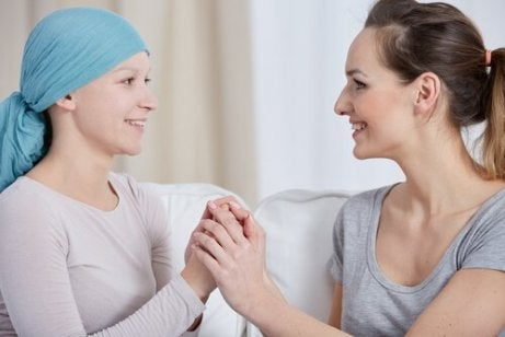 En terapeut støtter pasient med brystkreft