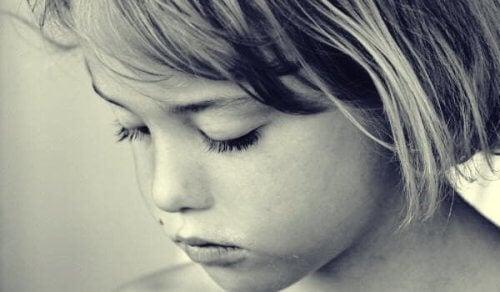 En liten jente hvis foreldre påvirker hennes mentale helse