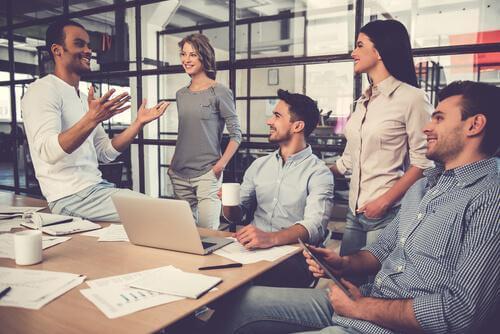 Å utøve mindfulness på jobb kan hjelpe deg med å komme sammen med kollegaer.