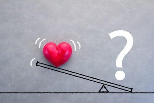Bildet av et hjerte og et spørsmålstegn på en dumphuske